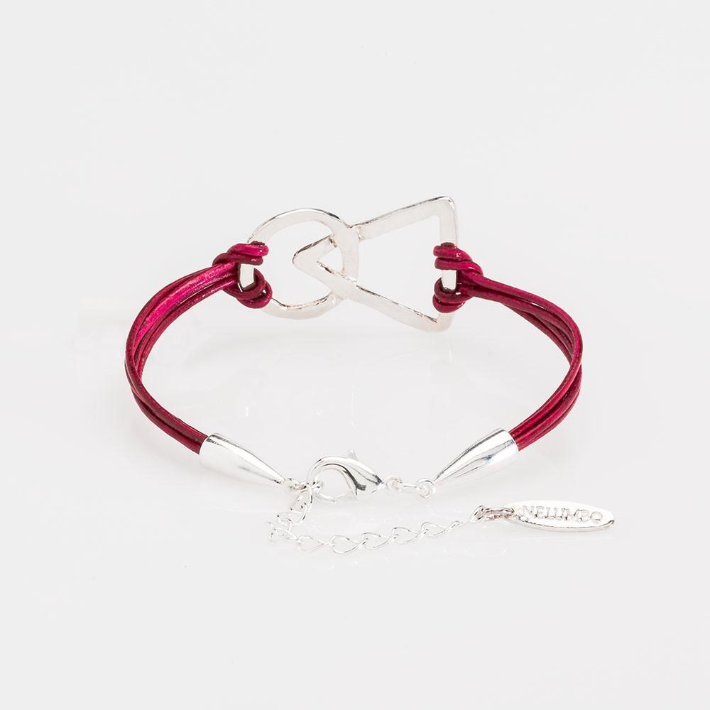 Vista del cierre de una pulsera nelumbo link unión cuero rojo y plata.