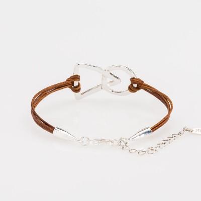 Vista del cierre de una pulsera nelumbo link unión marrón pulseras de cuero y plata.