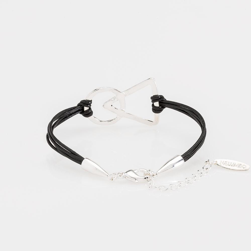 Vista del cierre de una pulsera nelumbo link unión negra pulseras de cuero y plata.