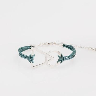 Vista frontal de una pulsera nelumbo link unión turquesa pulseras de cuero y plata.