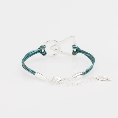 Vista del cierre de una pulsera nelumbo link unión turquesa pulseras de cuero y plata.