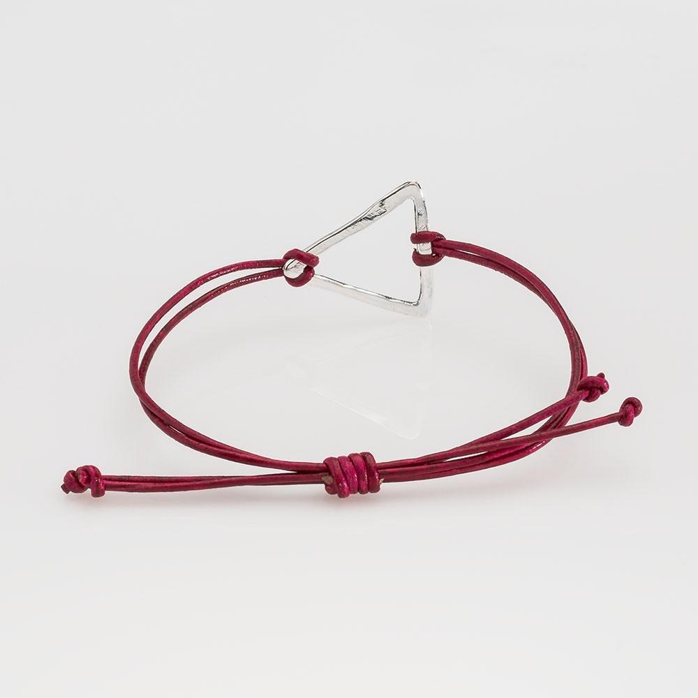 Vista trasera de una pulsera Nelumbo de la colección link con nudos de cuero rojo y triángulo de plata.