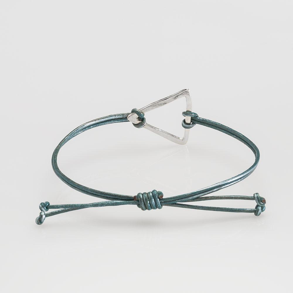Vista trasera de una pulsera Nelumbo de la colección link con nudos de cuero marrones y triángulo de plata.