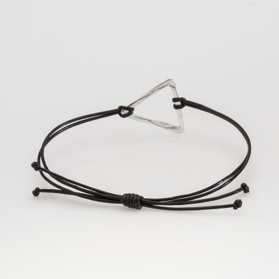 Vista frontal de una pulsera Nelumbo link nudos negra triángulo pulseras de cuero y plata slow fashion artesanía.
