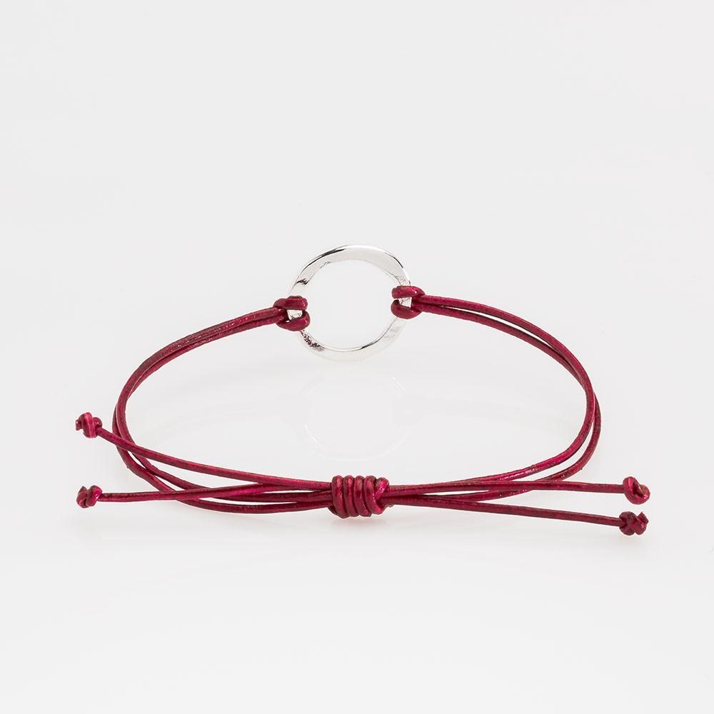 Vista trasera de una pulsera Nelumbo de la colección link con nudos de cuero rojo y círculo de plata.