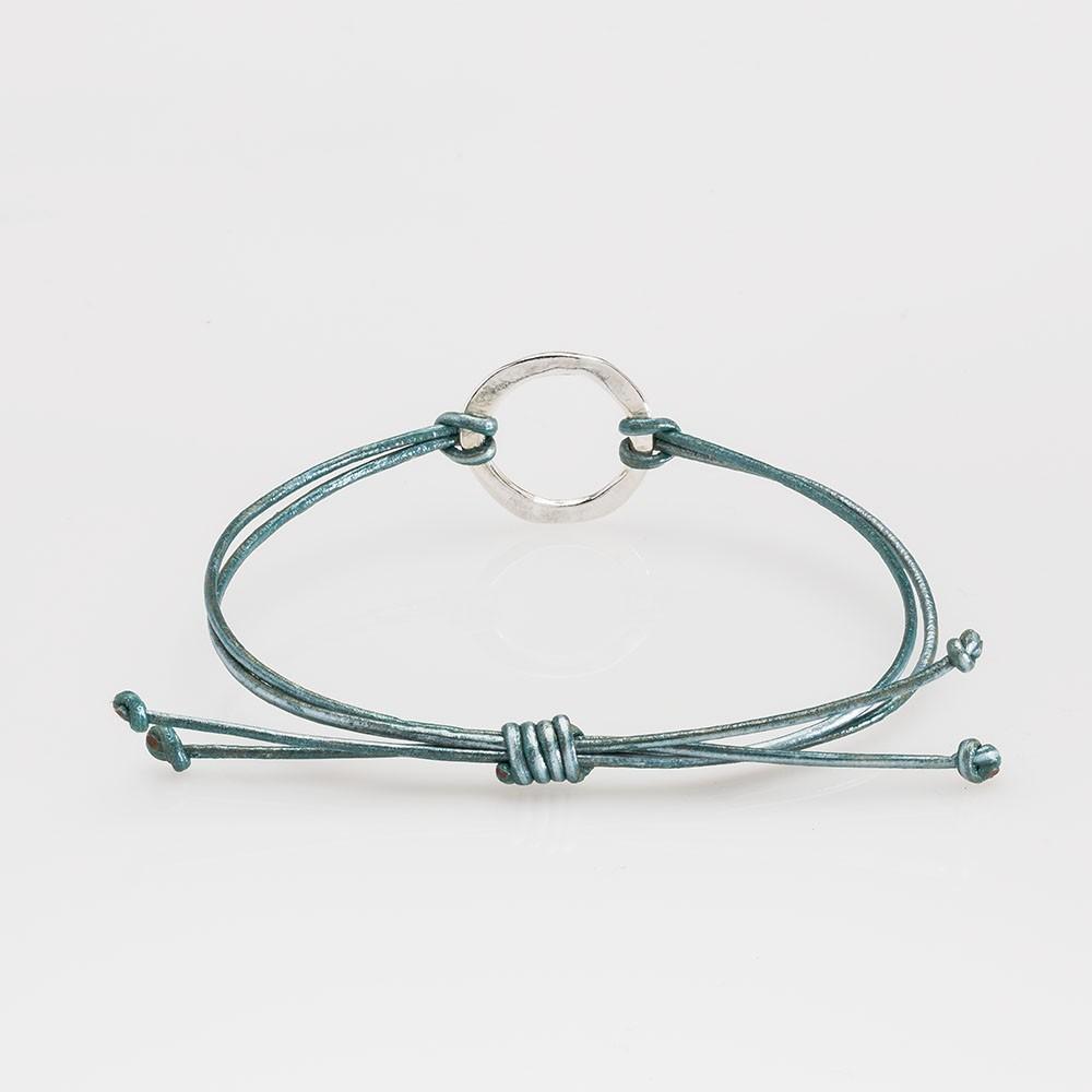 Vista trasera de una pulsera Nelumbo de la colección link con nudos de cuero turquesa y círculo de plata.