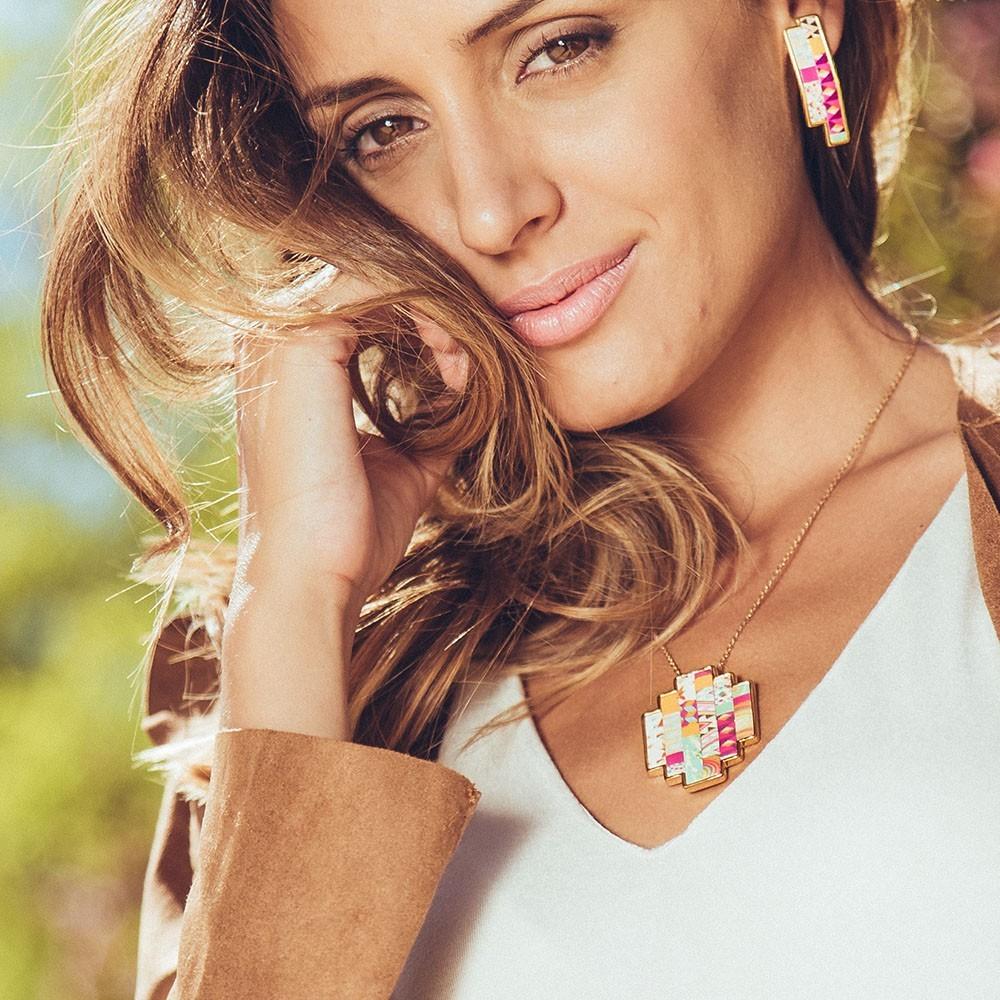 Colgante nelumbo bit sixties colgantes cuero y oro hecho en España moda sostenible.