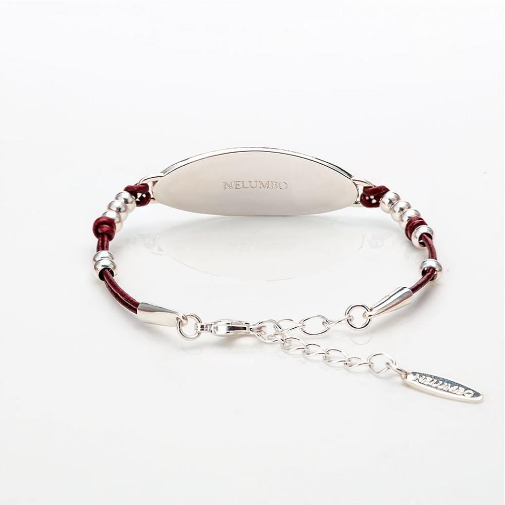 Vista del cierre de una pulsera óvalo de la colección Splash con cuero rojo.