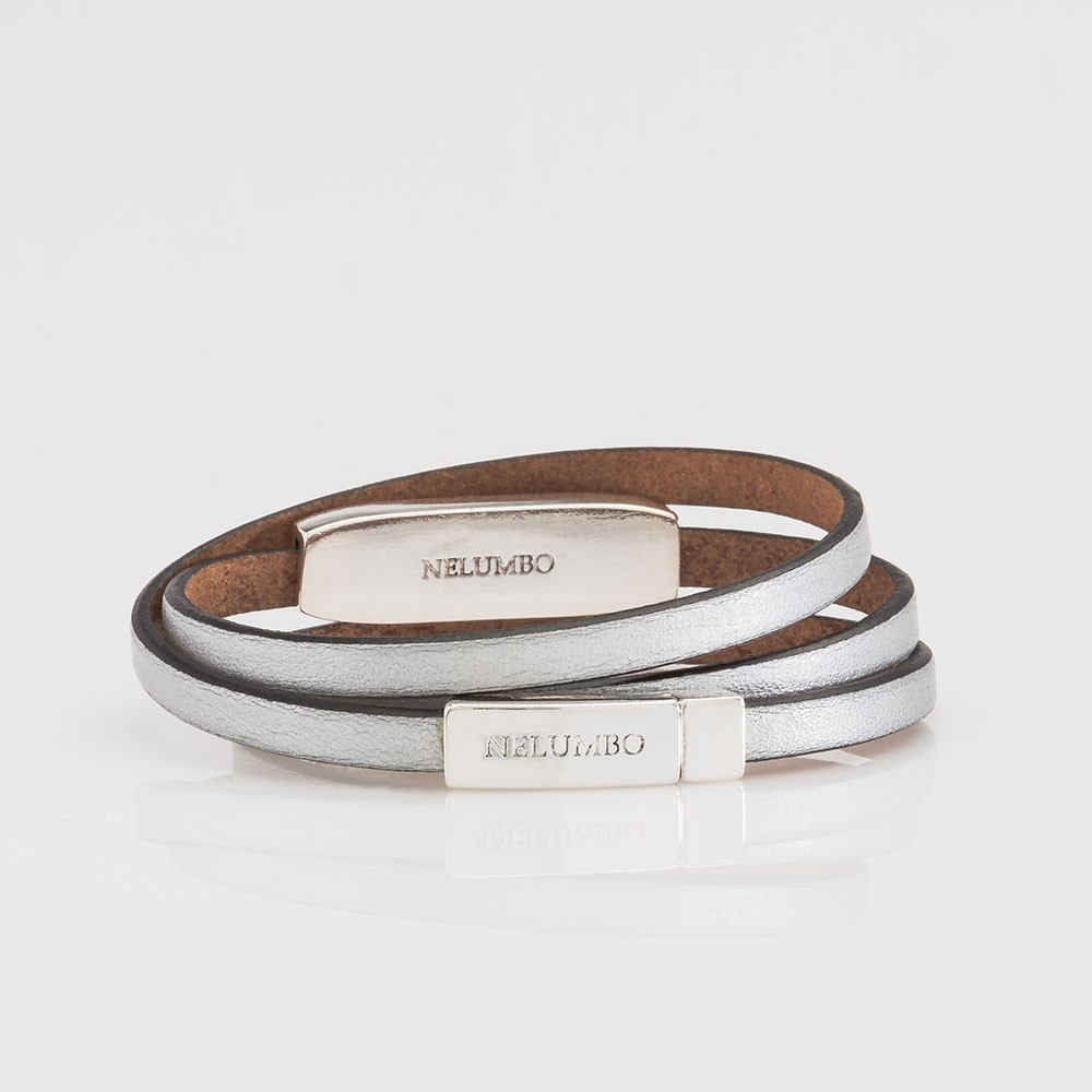 Vista trasera de una pulsera Nelumbo de plata y vueltas de cuero de la colección Trópico.