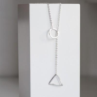Colgante de plata nelumbo con triangulo y circulo vista con modelo