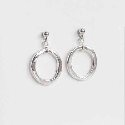 Pendientes de plata slow fashion Nelumbo pertenecientes a la colección link con unión de círculos.