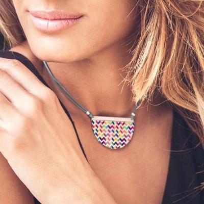 Colgante Nelumbo Medialuna twiggy colgantes de cuero y plata vista en cuello de modelo.