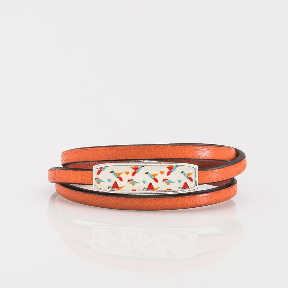 Vista frontal de una pulsera artesanal Nelumbo de vueltas cuero y plata hecha en España moda slow fashion.