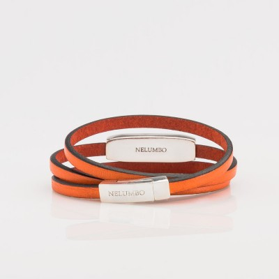 Vista trasera de una pulsera artesanal Nelumbo de vueltas cuero y plata hecha en España moda slow fashion.