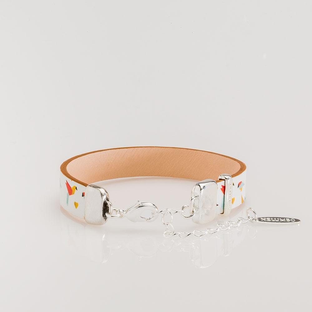 Vista del cierre de pulsera Nelumbo cuero y plata slow fashion hecha en España linea Papiro.